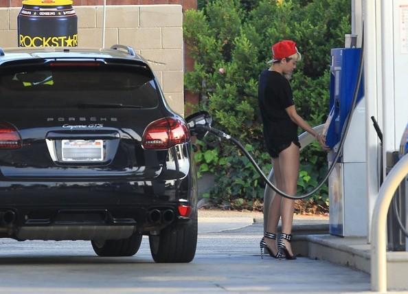 Miley-Cyrus-Porsche-Cayenne-GTS1-2